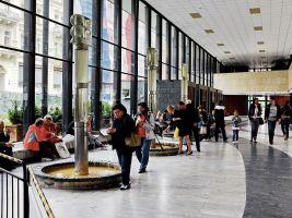 zdroj Wikimedia commons/ Lubor Ferenc Popisek: Vřídelní kolonáda, interiér
