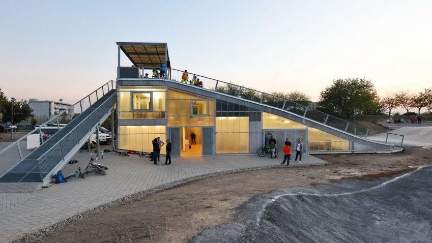 Architektonicky velmi zajímavě řešená startovací rampa pro kola vznikla na Praze 8