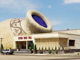 zdroj Ken and Nyetta (aka)/ Wikipedia/ Creative Commons Attribution 2.0 Generic license Popisek:  Nový koncertní sál v Astaně