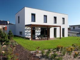 Atriový betonový rodinný dům zapuštěný do terénu, Lysá nad Labem