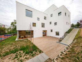 zdroj Passerinvest group a.s. Popisek: Zadní část budovy  s dřevěnou terasou