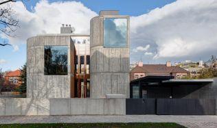 Betonový dům z dílny Josefa Pleskota zaujme svou mohutností