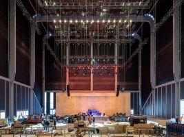 zdroj dsrny.com Popisek: V centru budovy, tzv. McCourt, je prostor pro umělecké instalace aj. s kapacitou pět set míst