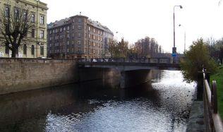 Budování nového mostu přes řeku Moravu se komplikuje