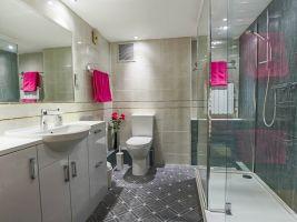 Byt měl původně tři koupelny, nyní jsou v něm jen dvě