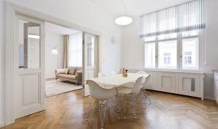 Byt na Praze 1 získal díky rekonstrukci minimalistické obrysy s nádechem historie