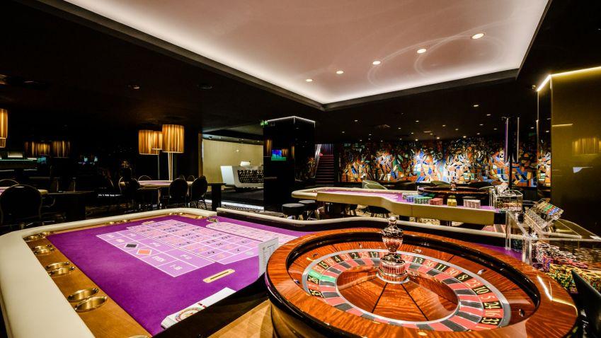 Casino nemusí být jen tuctová herna, černá designová skla dodávají interiéru punc luxusu