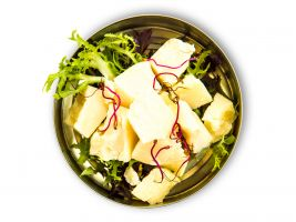 zdroj Trigema Popisek: Ukázka pokrmu ze Cyberdogu, Lámaný sýr parmezán