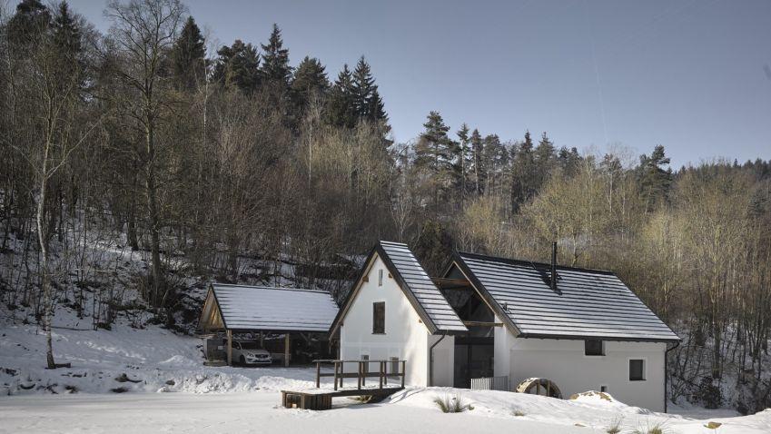 Český mlýn jak z pohádky v moderním kabátu stojí na samotě ve Středních Čechách