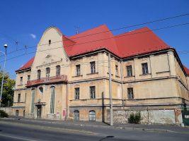 zdroj Wikimedia commons/ Marounek Popisek: Chomutov - Budova bývalého chudobince, později sídlo Policie ČR