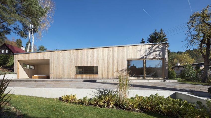 Dřevěný wellness domek v sobě kombinujeme jasnou přímočarou dispozici a nadčasové materiály