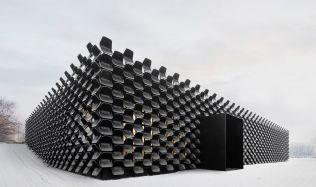 Dům pokrytý židlemi získal Grand Prix Architektů 2017