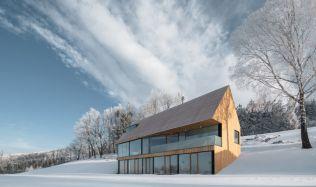 Dům v odlehlé části Krkonoš vystihuje spojení člověka s přírodou