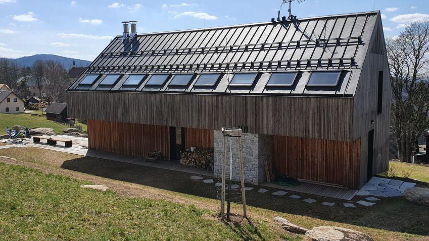 Dům v Polubném od architektů under–construction architects v sobě skrývá unikátní točité schodiště