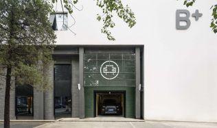 "Garáž autoservisu ""B+"" v Pekingu, Číně od Neri&Hu"