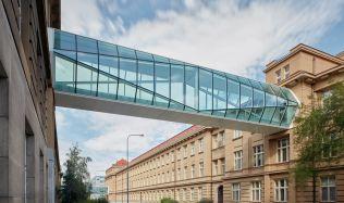 Historické budovy VŠCHT elegantně propojují křehké lávky ze skla a oceli