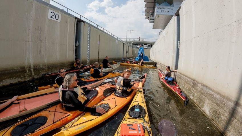 Hněvkovická plavební komora umožňuje lodím plavbu do Prahy i Evropy