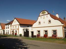 Holasovice -CB- - usedlost cp.5 s  charakteristickym stitem a stukovou vyzdobou
