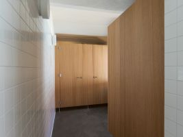 zdroj www.bodarchitekti.cz Popisek: Toaleta nové obecní hospody v Máslovicích