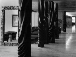 Akad. sochař Miloslav Hejný vyřezal v roce 1971 sloupy z jilmového dřeva, a vytvořil tak monumentální soubor plastik pro hotelovou restauraci s centrálním krbem pod názvem Začarovaný les. Část instalace se zachovala v přízemí hotelu dodnes.