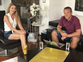 Moderátor Míra Hejda s Andreou Verešovou v pořadu Bydlení slavných