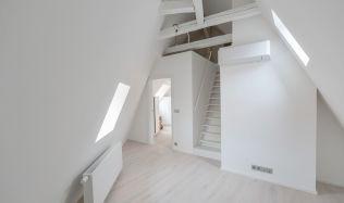 Interiér bytu na Starém Městě se musel barevně přizpůsobit okenním otvorům