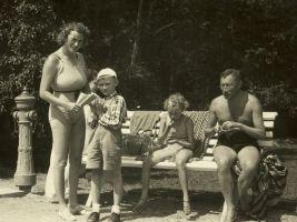 Jenny, Petr, Suzanna a Josef Winternitzovi v lázních, 1938