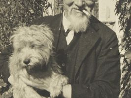 zdroj Wikimedia commons/ Unknown Popisek: Architekt Jože Plečnik a jeho pes Sivko