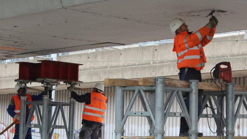 Kamiony testovaly mosty u metra C Vltavská, každý vážil čtyřicet tun