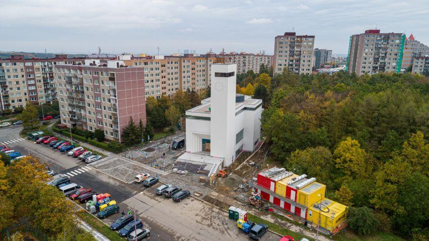 Farníci se po dlouhých letech konečně dočkali nového kostela na Barrandově, o jeho stavbě se uvažovalo už v roce 1934