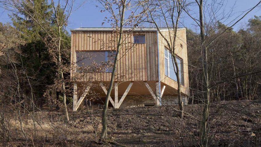 Malý domek ze dřeva na Křivoklátsku i po deseti letech vypadá stále svěže