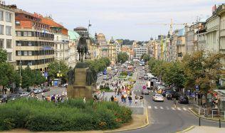 Možností odpočinku v Praze přibývá. K židlím a stolkům se letos připojí i lehátka