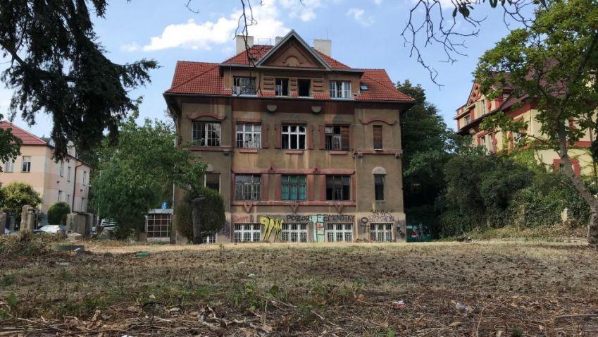 Na Vinohradech bourají vilu, údajně bez povolení odboru památkové péče