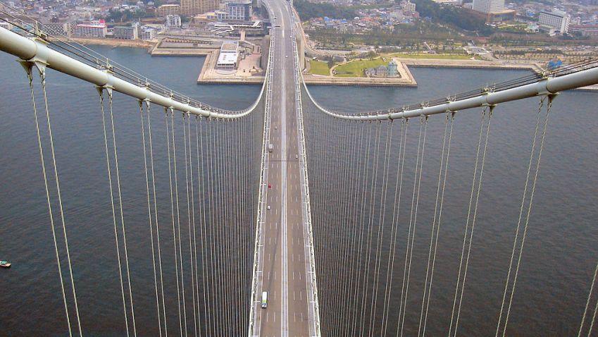 Nejdelší visutý most otevřeli před dvaceti lety v Japonsku