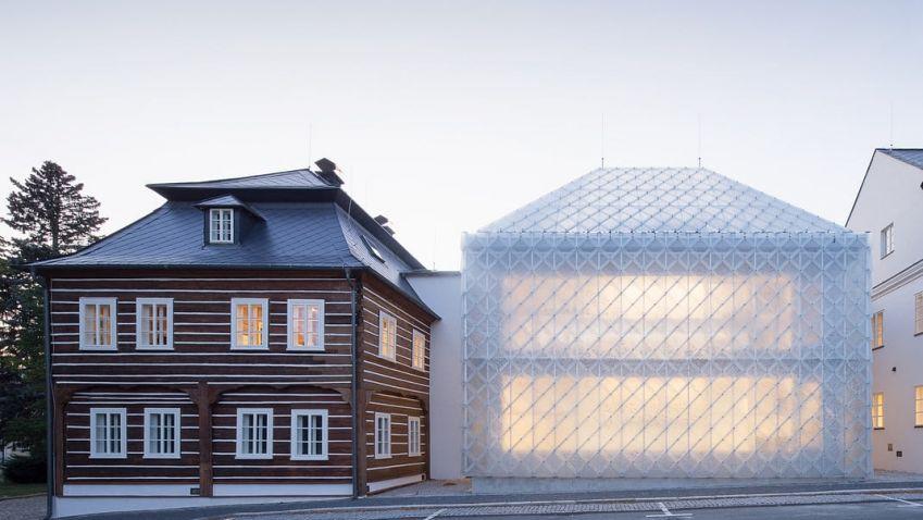 Skleněná budova v Novém Boru i základní škola u Prahy, obě stavby uspěly hned v několika soutěžích