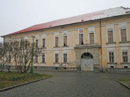 zdroj Wikimedia commons/ Petr1888 Popisek: Budova bývalé vojenské nemocnice v Josefově