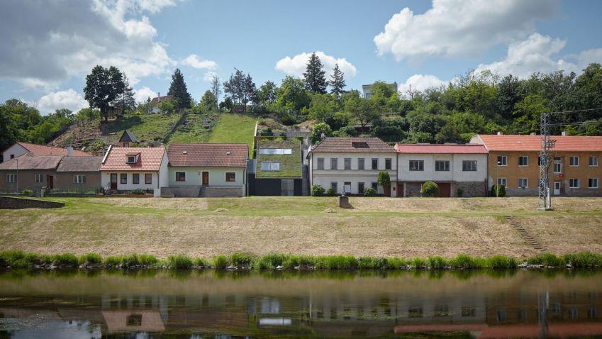 Neobvyklý domek postavený na velmi úzkém půdorysu nabízí nádherný výhled na Znojemský hrad