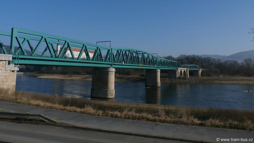 Nová lávka v Děčíně propojí břehy Labe podél železničního mostu