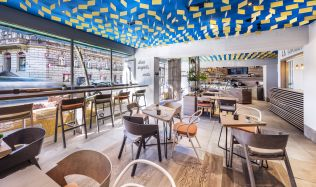 Nové bistro v Praze nabízí možnost sledovat mistry kuchaře přímo při práci