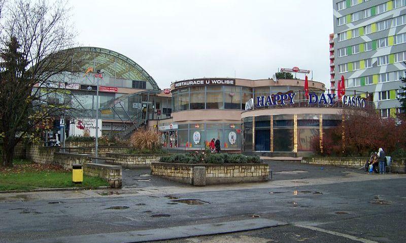 Okolí obchodního centra Cíl na Zahradním Městě v Praze má být konečně opraveno