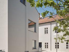 zdroj archinfo.sk Popisek: Obnova a přestavba, Obnova meštianskych domov na Trojičnom námestí v Trnave