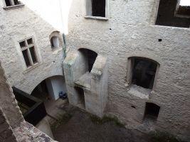 zdroj Wikimedia commos/ Palickap Popisek: Hrad Kunětická hora, vnitřní nádvoří