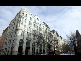 Nárožní činžovní dům s obchody Pařížská 28