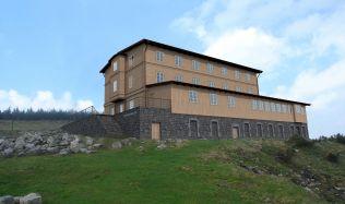 Petrova bouda v Krkonoších obléká nový kabát, otevřít by se měla koncem roku