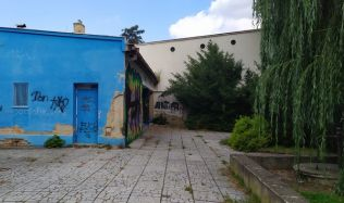Bývalá budova kina v Dobříši zmizí. Vznikne tady park