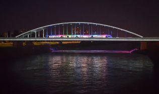 Svítící most přes řeku Sávu v chorvatském Záhřebu
