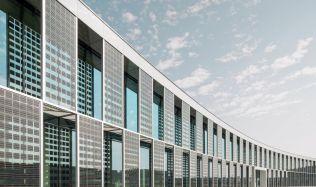 Podle odborníků už střechy na fotovoltaiku nestačí. Je potřeba zaměřit se i na další části budov