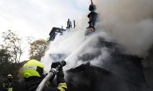Požár kostela v zahradě Kinských má na svědomí lidská chyba, vyšetřovatelé pracují s verzí, že mohlo jít o bezdomovce