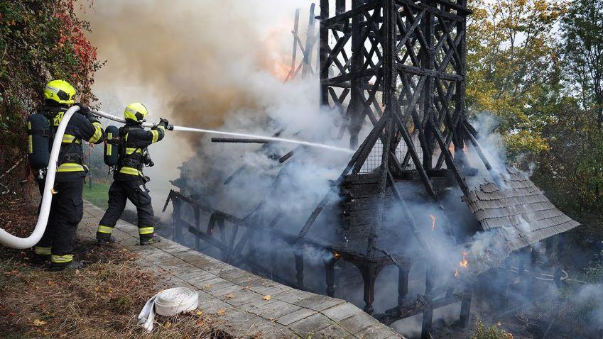 Požár zasáhl dřevěný kostel sv. Michala v zahradě Kinských