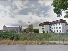 zdroj Google Street View Popisek: Pozemky, na kterých měl vyrůst projekt Century Residence